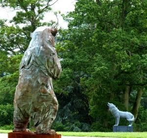 Ours Blanc - sculpture de Jurgen Lingl-Rebetez et  Le Loup - sculpture de Aurélien Raynaud - crédit photo Yseult Carré